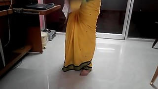 Desi tamil Married aunty exposing navel in saree with audio